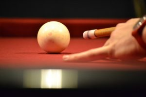 Pool Billardtisch und weiße Kugel
